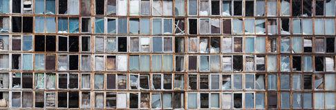 fundo-de-janelas-quebradas-velhas-bandeira-do-russo-na-parede-51394503
